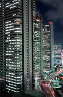 西新宿のビル群の夜景 02350000407| 写真素材・ストックフォト・画像・イラスト素材|アマナイメージズ