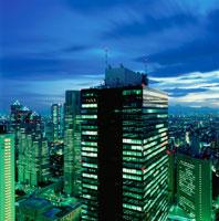 西新宿のビル群の夜景 02350000417| 写真素材・ストックフォト・画像・イラスト素材|アマナイメージズ