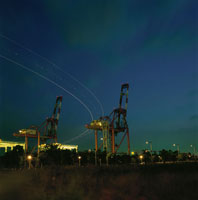 コンテナリフトとコンテナターミナルの夜景