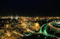 横浜ベイブリッジと山下埠頭の夜景