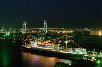 横浜ベイブリッジと氷川丸の夜景 02350000780| 写真素材・ストックフォト・画像・イラスト素材|アマナイメージズ