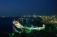 横浜ベイブリッジと氷川丸の夜景 02350000783| 写真素材・ストックフォト・画像・イラスト素材|アマナイメージズ