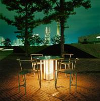 公園の椅子とランドマークの夜景