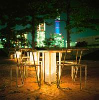公園の椅子とランドマークの夜景 02350000788| 写真素材・ストックフォト・画像・イラスト素材|アマナイメージズ