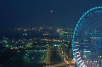 赤レンガ倉庫と満月 02350000816| 写真素材・ストックフォト・画像・イラスト素材|アマナイメージズ