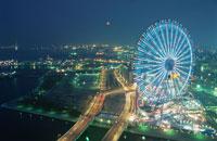 横浜コスモワールドと赤レンガ倉庫と満月 02350000821| 写真素材・ストックフォト・画像・イラスト素材|アマナイメージズ