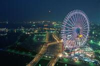 横浜コスモワールドと赤レンガ倉庫と満月 02350000822| 写真素材・ストックフォト・画像・イラスト素材|アマナイメージズ