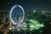 横浜コスモワールドと満月 02350000824| 写真素材・ストックフォト・画像・イラスト素材|アマナイメージズ