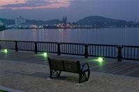 公園のベンチと横浜の湾岸夜景