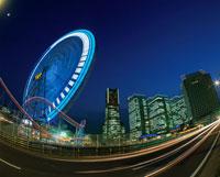 横浜コスモワールド観覧車とみなとみらいの夜景 02350000864| 写真素材・ストックフォト・画像・イラスト素材|アマナイメージズ