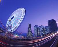 横浜コスモワールド観覧車とみなとみらいの夜景 02350000867| 写真素材・ストックフォト・画像・イラスト素材|アマナイメージズ