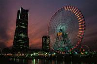 横浜コスモワールド観覧車とみなとみらいの風景