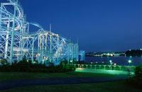 八景島シーパラダイスのジェットコースターライトアップ 02350000976| 写真素材・ストックフォト・画像・イラスト素材|アマナイメージズ