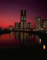 汽車道からランドマークタワーを望む夜景 02350000997| 写真素材・ストックフォト・画像・イラスト素材|アマナイメージズ