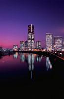 汽車道からランドマークタワーを望む夜景 02350001012| 写真素材・ストックフォト・画像・イラスト素材|アマナイメージズ