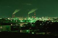 煙を吐く煙突と工場地帯