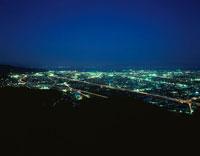 東名高速と清水市街を望む夜景 02350001195| 写真素材・ストックフォト・画像・イラスト素材|アマナイメージズ