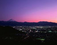 富士山と甲府市街地の夜景