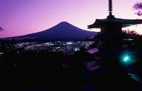 新倉浅間神社と富士山の夜景