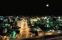 青森市街の夜景と月