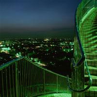 公園の階段と木更津市街の夜景 02350001447| 写真素材・ストックフォト・画像・イラスト素材|アマナイメージズ