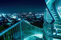公園の階段と木更津市街の夜景 02350001448| 写真素材・ストックフォト・画像・イラスト素材|アマナイメージズ