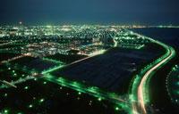幕張の夜景と月 02350001465| 写真素材・ストックフォト・画像・イラスト素材|アマナイメージズ