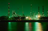 工場と海の夜景 02350001548| 写真素材・ストックフォト・画像・イラスト素材|アマナイメージズ
