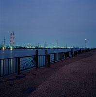 養老川海浜公園と工場の夜景 02350001551| 写真素材・ストックフォト・画像・イラスト素材|アマナイメージズ