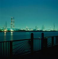 養老川海浜公園と工場の夜景 02350001553| 写真素材・ストックフォト・画像・イラスト素材|アマナイメージズ
