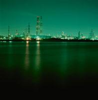 工場と海の夜景 02350001555| 写真素材・ストックフォト・画像・イラスト素材|アマナイメージズ
