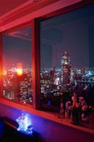 夜景が見える部屋の窓辺 02350001565| 写真素材・ストックフォト・画像・イラスト素材|アマナイメージズ