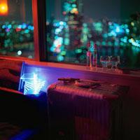 夜景が見える部屋の窓辺に置いたスーツケース 02350001571| 写真素材・ストックフォト・画像・イラスト素材|アマナイメージズ