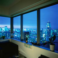 夜景が見える部屋の窓辺
