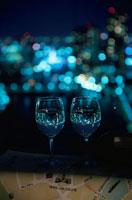夜景が見える部屋の窓辺に置いたグラス