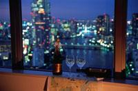 夜景が見える部屋の窓辺 02350001584| 写真素材・ストックフォト・画像・イラスト素材|アマナイメージズ