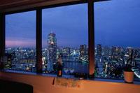 夜景が見える部屋の窓辺 02350001588| 写真素材・ストックフォト・画像・イラスト素材|アマナイメージズ