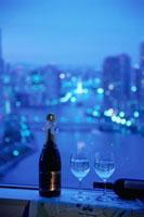 夕暮れの街の灯りと窓辺に置いたグラス