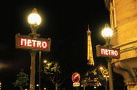 エッフェル塔とメトロの看板