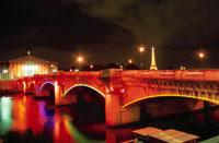 ライトアップされたコンコルド橋とエッフェル塔
