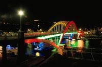 ライトアップされたドゥービィー歩道橋