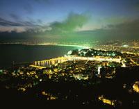 ニース市街と海岸線の夜景