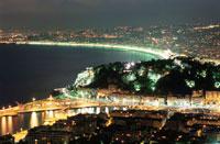 ニース市街と海岸線の夜景 02350001694| 写真素材・ストックフォト・画像・イラスト素材|アマナイメージズ