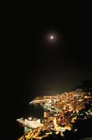 モナコの海岸線と月