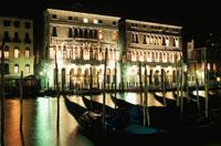 運河とゴンドラの夜景