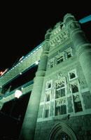 下から見るタワーブリッジ