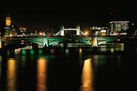ミレニアムブリッジから眺めるテムズ川と夜景