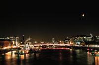 タワーブリッジから眺めるテムズ川と夜景