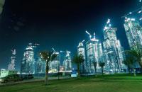 建築中の高層ビル群の夜景