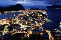 オーレスンの町と港の夜景